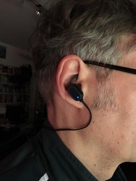 Das Headset im Ohr des Autoren.