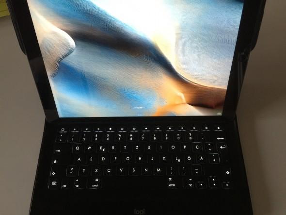 Mit seiner beleuchteten Tastatur erinnert das Case an ein Mac Book.