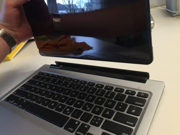 Das iPad lässt sich leicht von der Tastatur abnehmen.