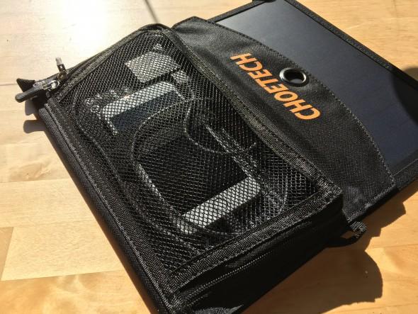 Die Tasche auf der Rückseite schützt das Smartphone vor der Sonneneinstrahlung.