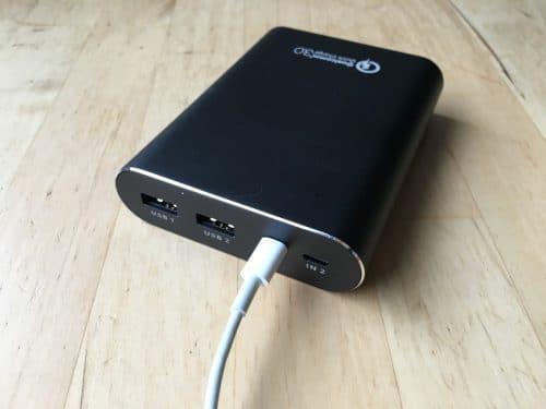 Zum Laden der Powerbank reicht ein Apple-Lightning-Kabel.