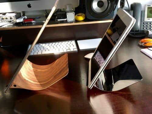 Der iPad-Halter Yohann im Vergleich. Links die große Version, rechts die VErsion für kleinere iPads.
