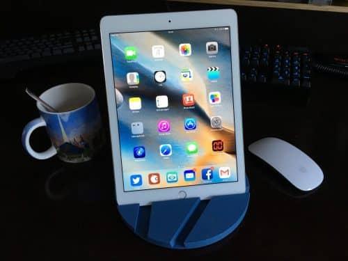 EIn iPad oder auch iPad pro 9 passt sehr gut und steht stabil.