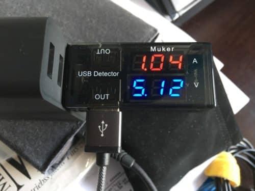 Die Messung am USB-Port mit einem kleinen Aufsteckmessgerät.