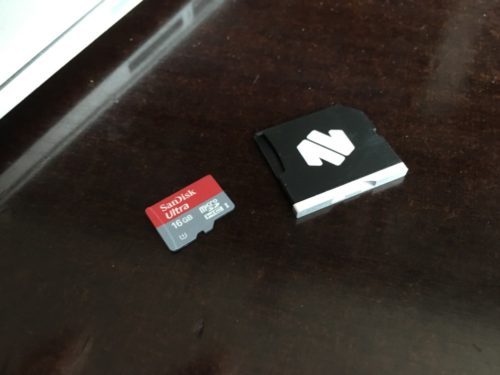 Die microSD wird seitlich in den Adapter eingeführt.