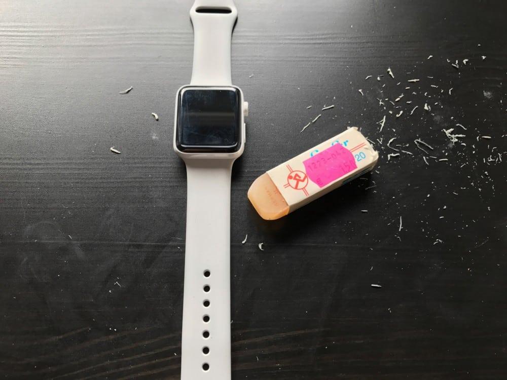 Eine Apple Watch Edition und ein Radiergummi
