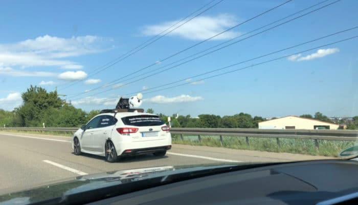 Ein Kamera-Auto von Apple mit eingeklappter Kamera